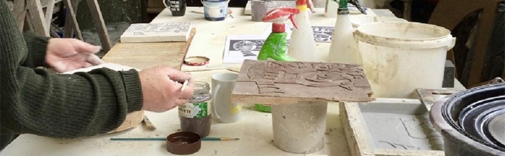 Tijdens de tentoonstelling 100 jaar Piet Schoenmakers zijn handgemaakte keramiektegels te koop.