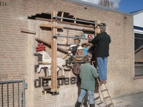 vrijwilligers De Cromme Leeck demonteren het relief De speelwagen 1